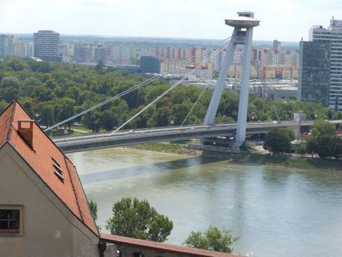 ブラチスラヴァ城から見た橋と市街